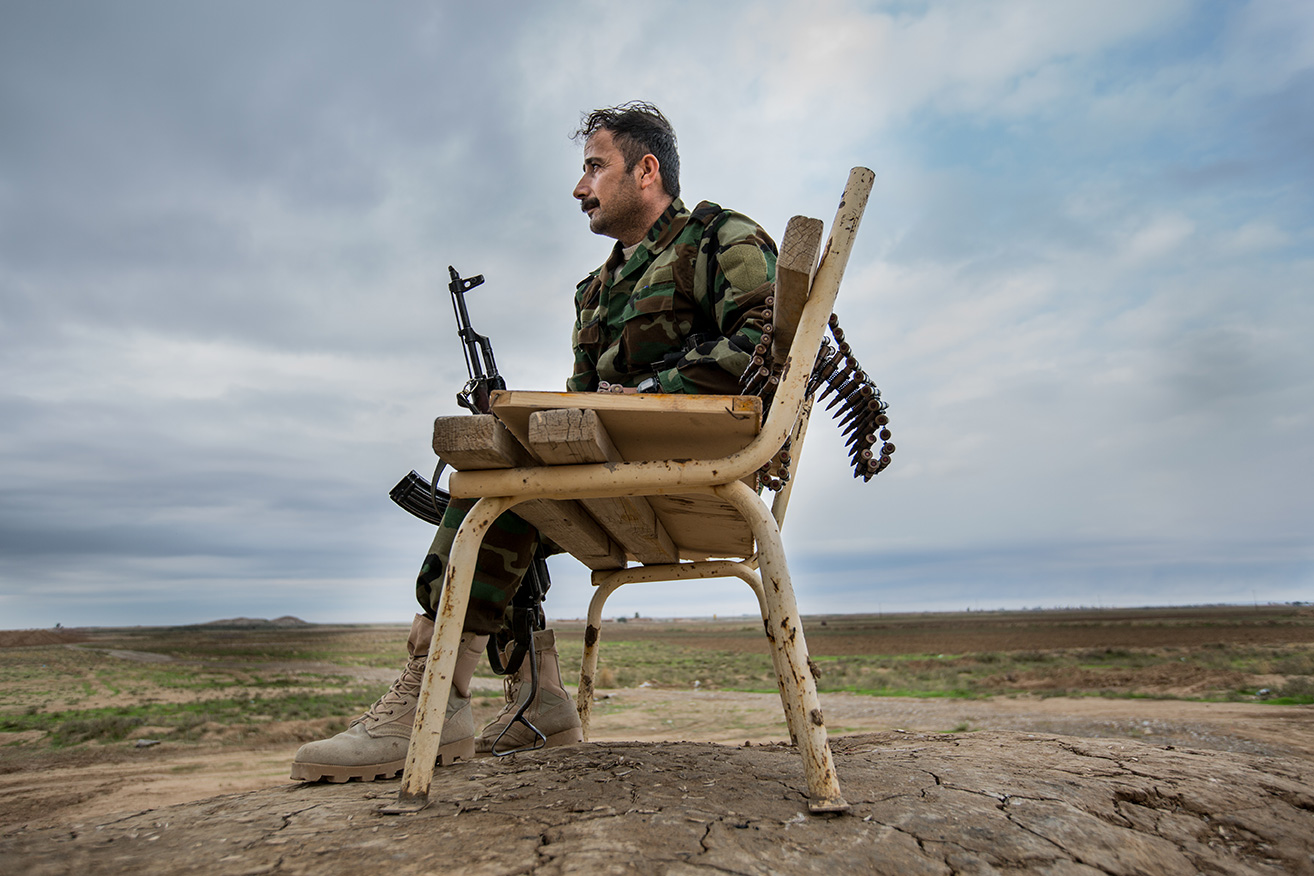 13_waiting-fight-chair-peshmerga-isis-frontline-iraq