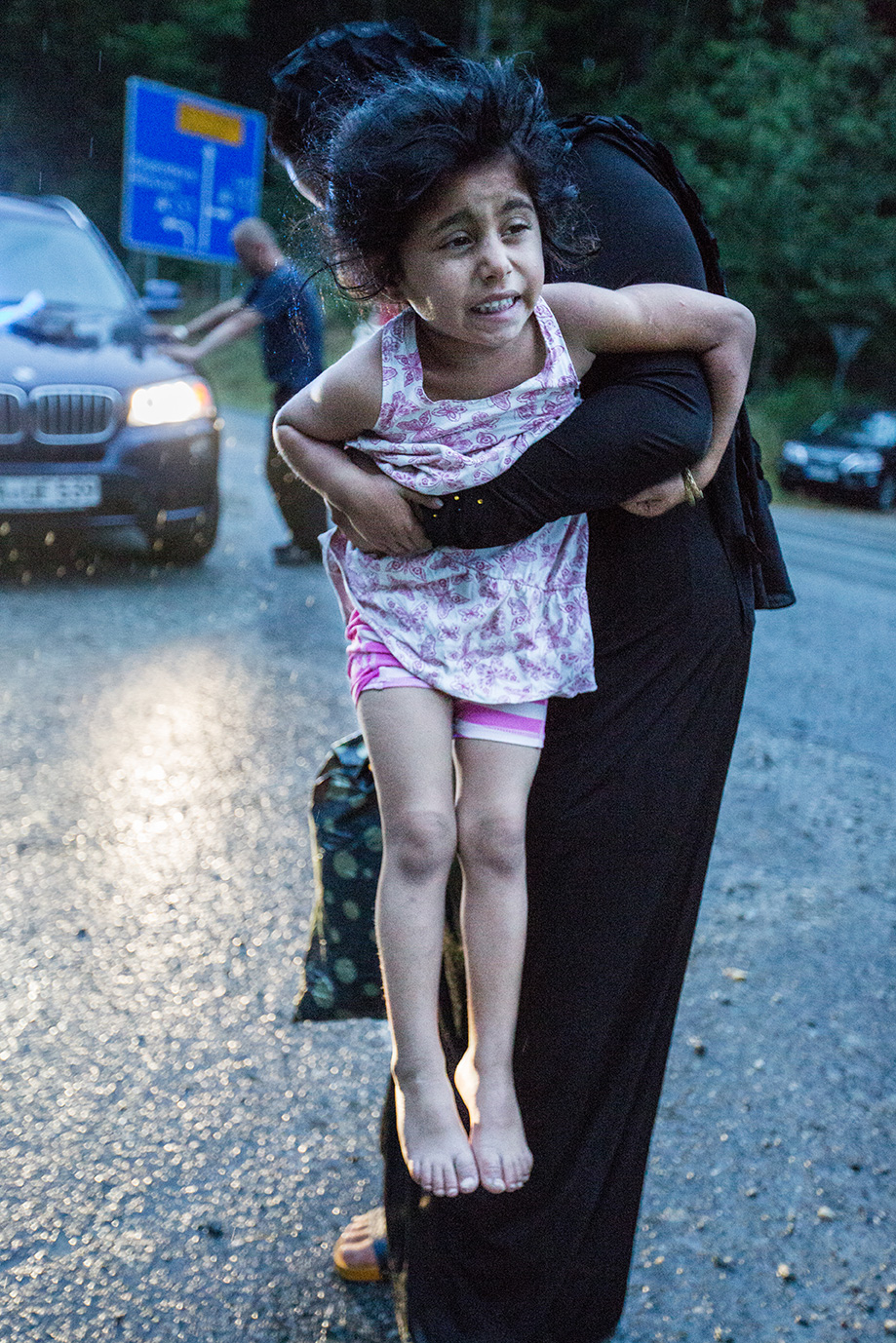 06_mother-daughter-get-of-Germany-after-flight-Syria