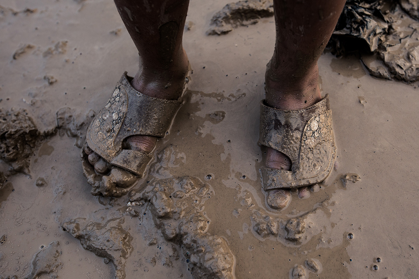 08_foot-mud-rain-refugee-camp-iraq