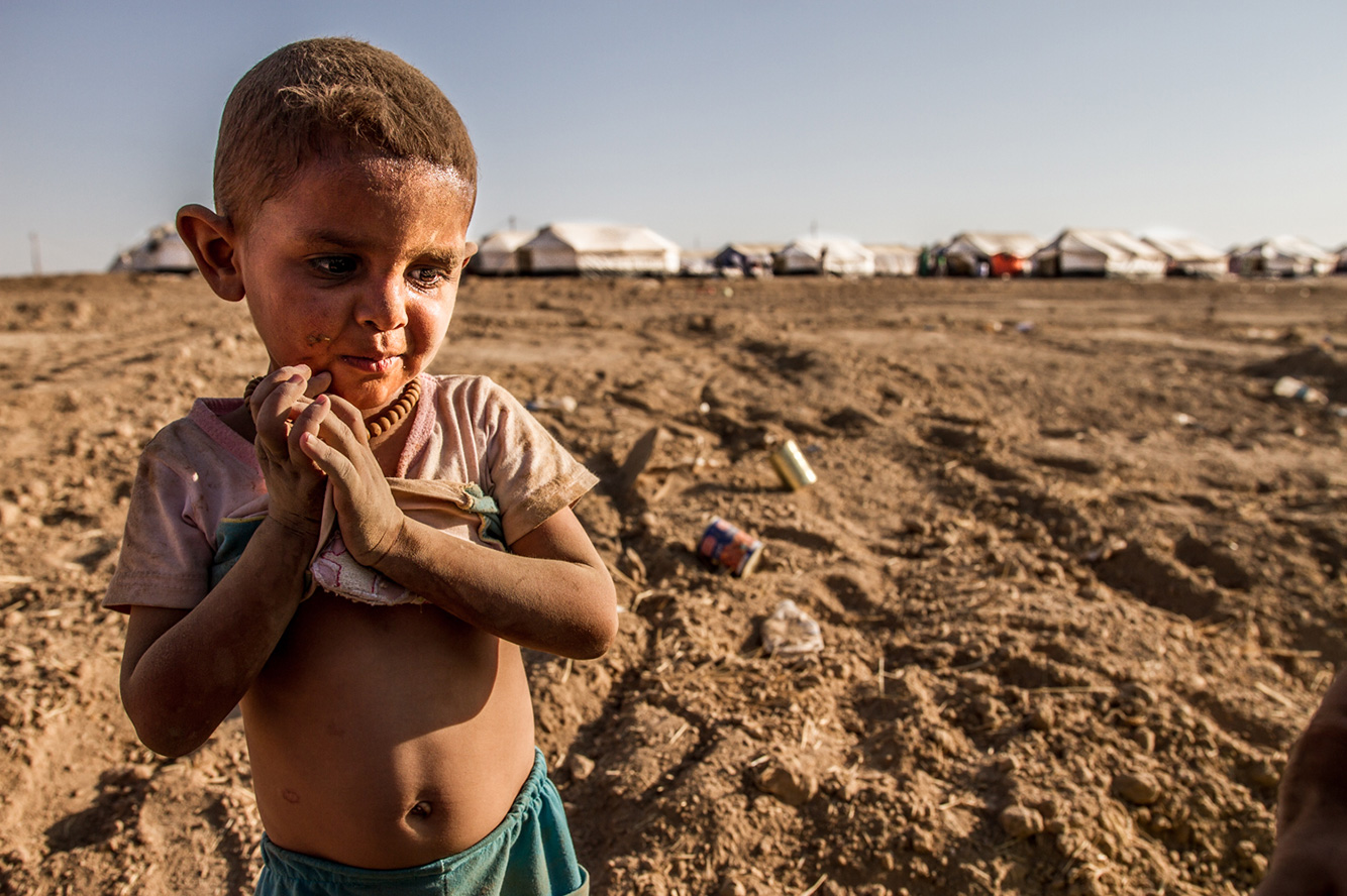 09-child-dirty-dust-desert-refugee-iraq-camp