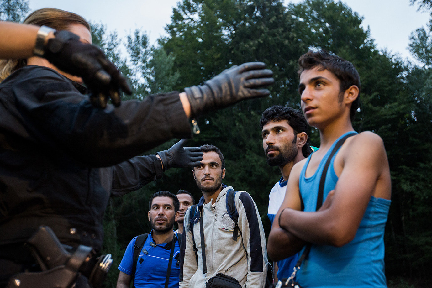 09_refugees-syria-get-checked-German police-arriving