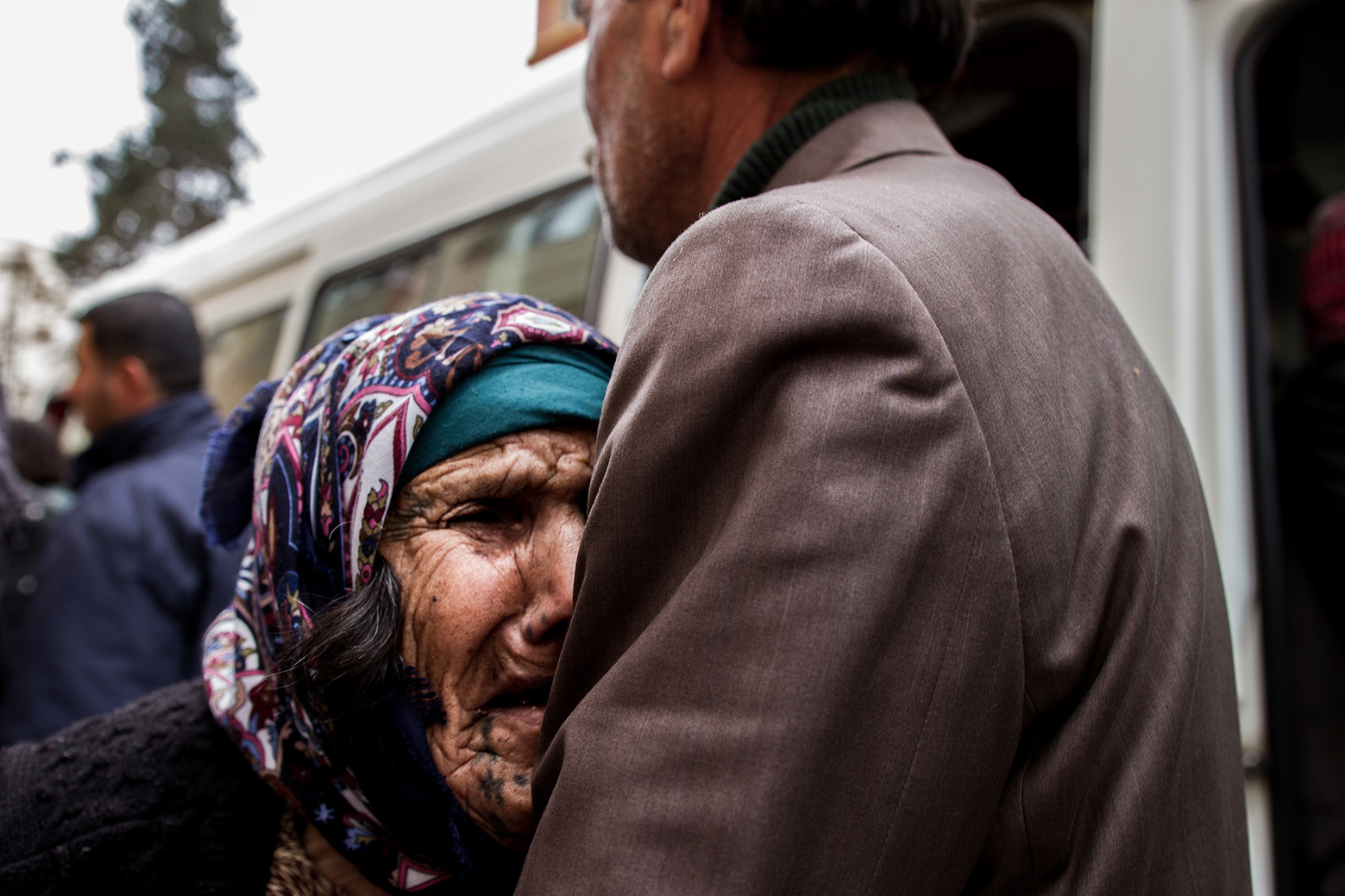 10-sorrow-old-woman-refugee-kobane