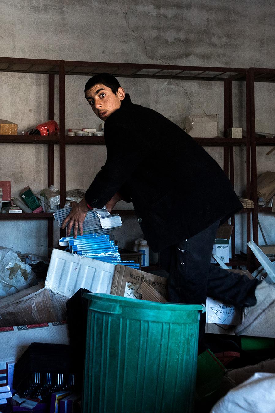 looter stealing books shop sinjar iraq after liberation