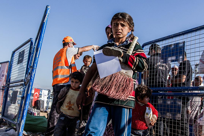 12-girl-flight-refugee-kobane-passing-border-turkey