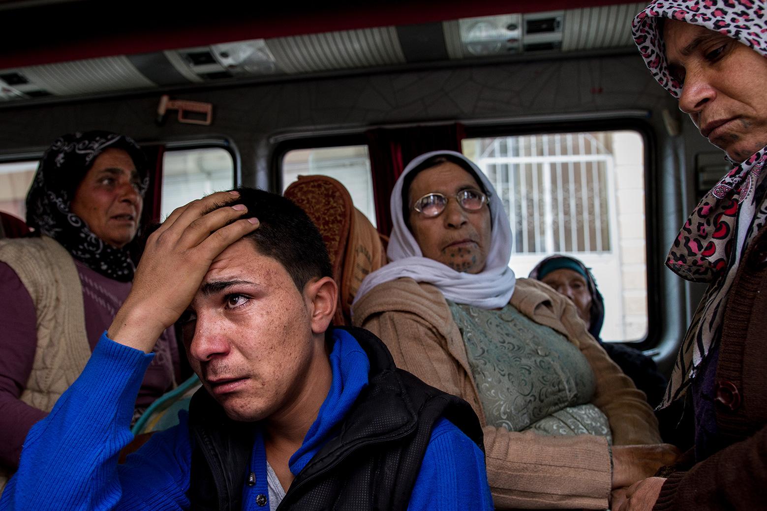 13-sorrow-refugee-bus-syria-kobane