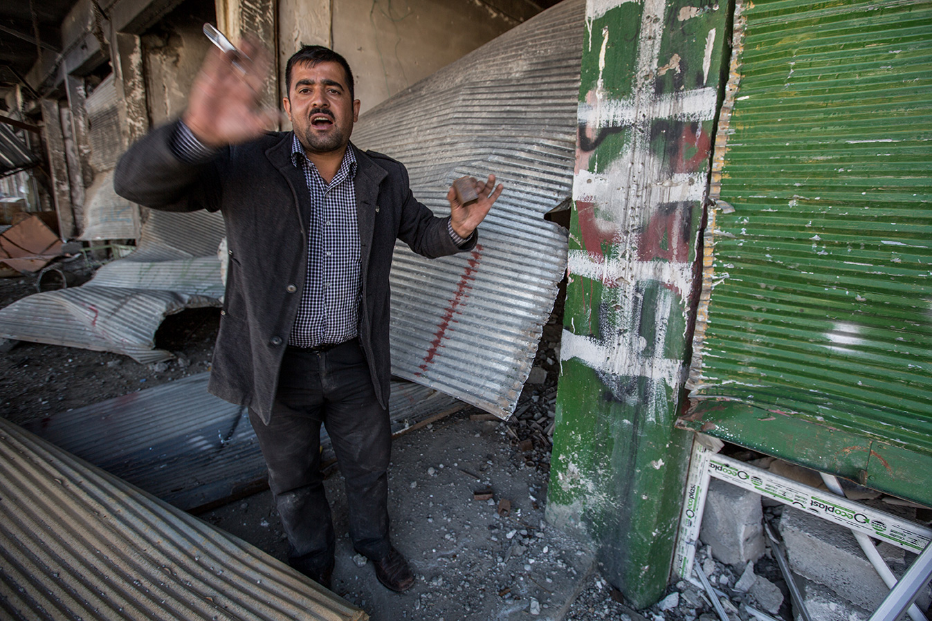 14_desperation-man-sinjar-destroyed-house
