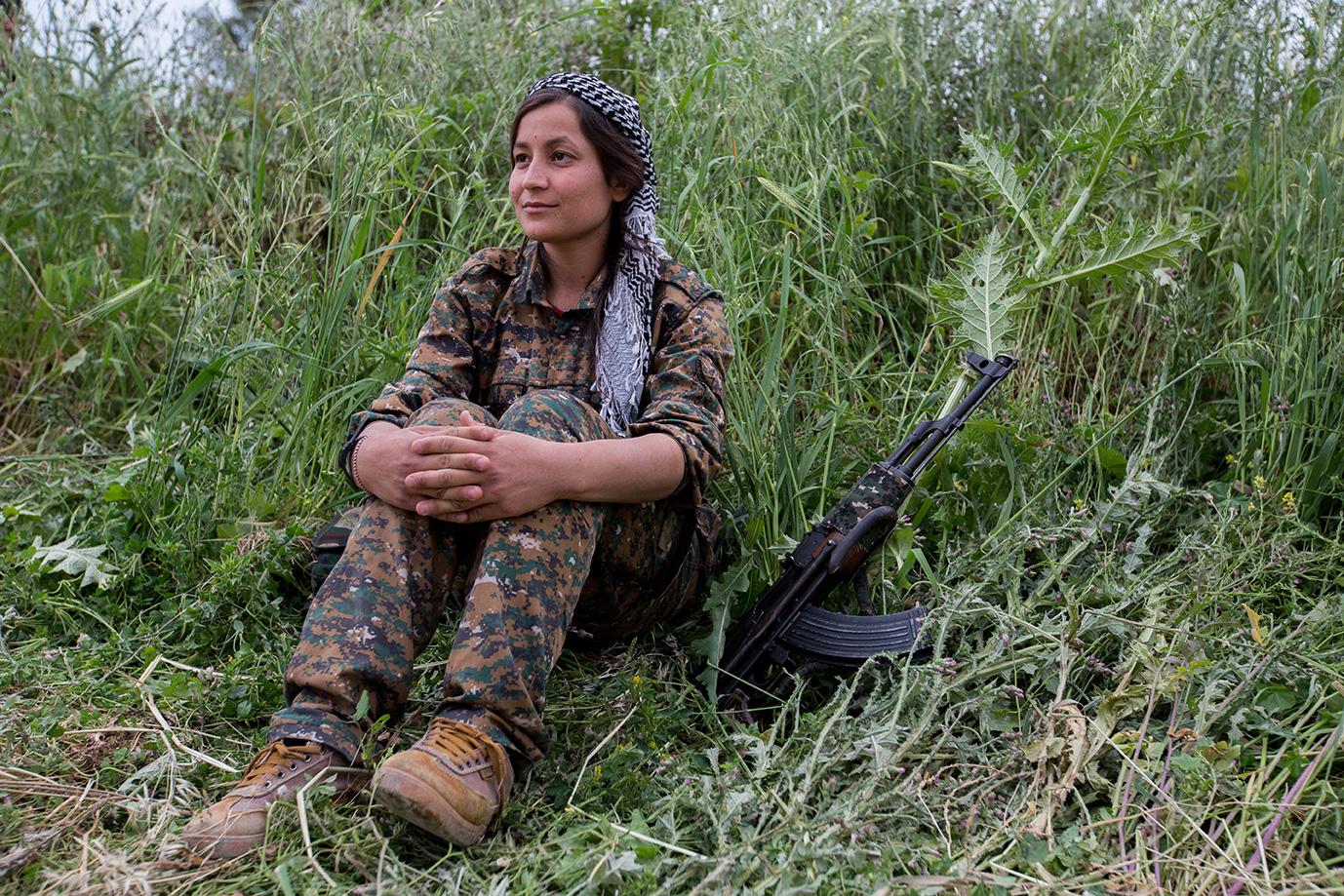 female yesidi fighter alone gras kalashnikov sinjar iraq